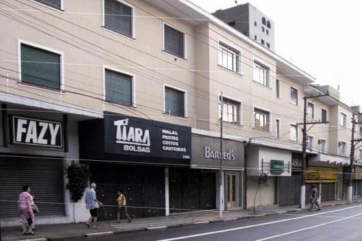 Predinhos destinados ao uso misto: comércio e residências, 2005<br />Foto Cássia Nobre