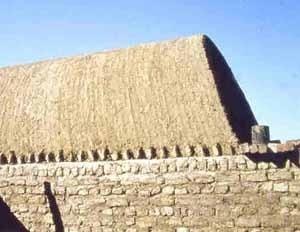 Casa contemporánea en los alrededores de Luxor. Nótese el recargue del adobe sobre el muro izquierdo, más alto que los muros de apoyo de la bóveda. 1984