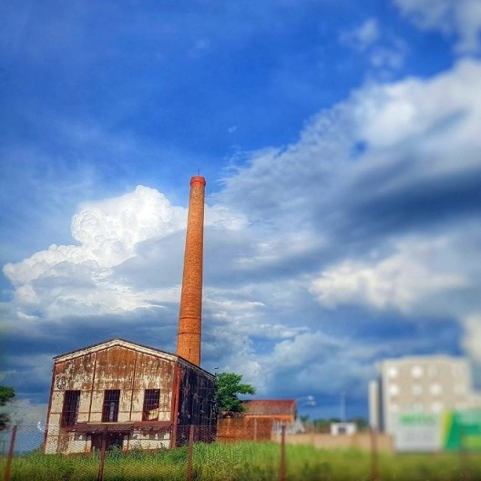 Chaminé e termoelétrica da antiga Sociedade Algodoeira do Nordeste Brasileiro – Sanbra, Presidente Prudente<br />Foto Cláudia Koga Sugui