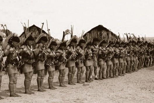 Mulheres indígenas durante o longo ritual Yaokwa, do povo Enawene Nawe, Mato Grosso<br />Foto divulgação  [Portal Iphan]