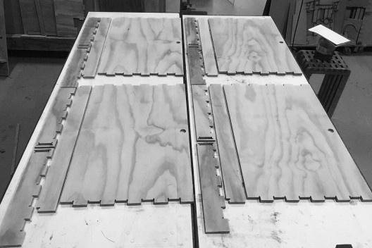 Materioteca, montagem: aproveitamento de placa compensado naval 15mm<br />Foto Isabella Simões e Sofia Lundgren  [Acervo Fabricação, tectônica e projeto: catálogo de encaixes em madeira]