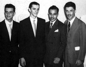 O professor Mário Russo(último à direita) com os alunos Maurcio Castro, Heitor Maia Neto, Everardo Gadelha, nos anos 50 [FUNDAJ]