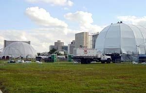 Estruturas temporárias utilizadas durante um show musical, que acontece periodicamente no canteiro central da Esplanada dos Ministérios. As estruturas confundem-se com o perfil da cidade