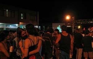 Uma rua de comércio local, interditada, transforma-se em local de show ao ar livre