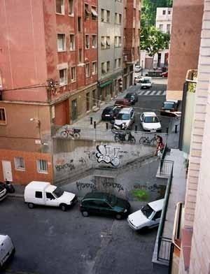 Vista del barrio barcelonés de Poble-Sec, que se contrapone frontalmente con el nuevo urbanismo propuesto en la zona Fórum. <br />Foto do autor (junho 2004)