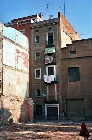 Vista del barrio barcelonés Ciutat Vella, que se contrapone frontalmente con el nuevo urbanismo propuesto en la zona Fórum. <br />Foto do autor (junho 2004)