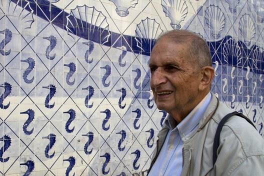 Roberto Segre a frente de painel de Portinari, Palácio Capanema, Rio de Janeiro, 2012<br />Foto Silvana Romano Santos