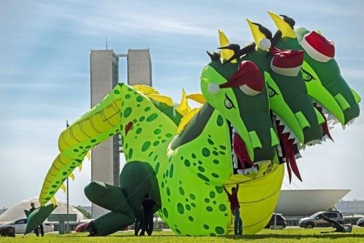Dragão Noel, boneco inflável da Força Sindical representando inflação, desemprego e juros altos, diante do Congresso Nacional<br />Foto Marcelo Camargo  [Agência Brasil]