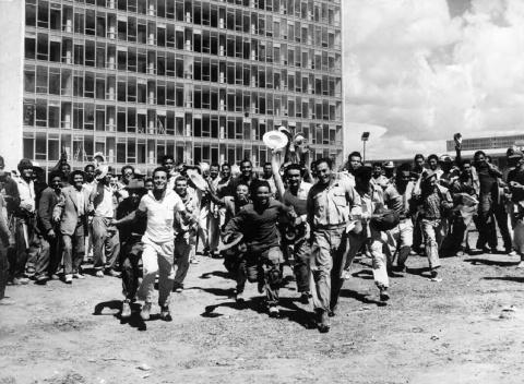 Operários festejando na frente do Anexo do Senado e da Câmara dos Deputados no dia da inauguração [Acervo Casa de Lucio Costa]