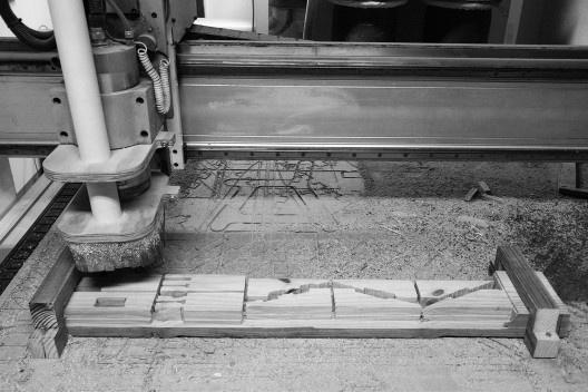 Sistema 2: fragilização do bloco em pinus autoclavado 1500x140x70mm durante a fabricação de encaixes<br />Foto Lucas Di Gioia e Victor Cattete  [Acervo Fabricação, tectônica e projeto: catálogo de encaixes em madeira]