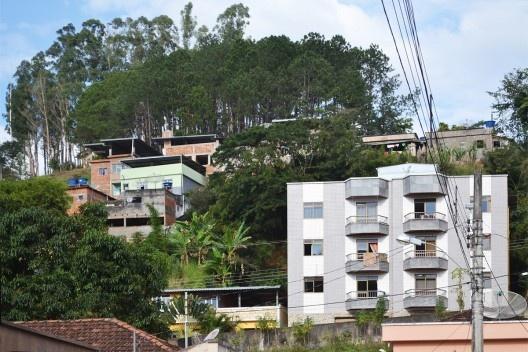 Encosta edificada no centro urbano de Matias Barbosa<br />Foto Fábio Lima