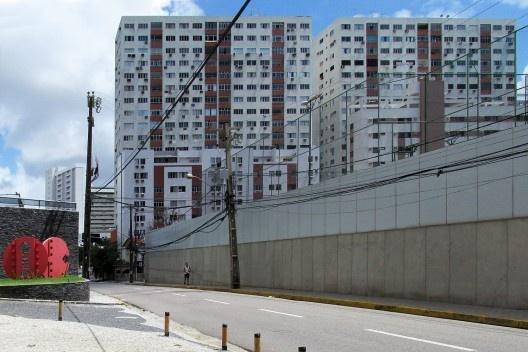 Paredões do bairro de Boa Viagem, a lei define a forma da cidade<br />Foto Lourdinha Nóbrega, abril 2017