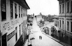 Hotel Itália e Brazil, na Ladeira do Açu, hoje começo da Av. São João, 1887 [São Paulo de Piratininga: de pouso de tropas a metrópole. O Estado de S. Paulo / Terceiro]