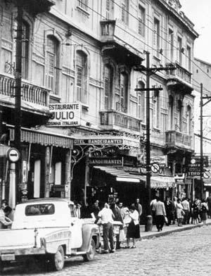 Hotel Bandeirantes, Rua Mauá, anos 1960 [Cem anos Luz. Luz Station, São Paulo, Tribal Editora, 2000, p. 84]