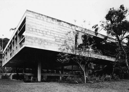 Residencia James King, fachada dos dormitórios e sala. Arquiteto Paulo Mendes da Rocha, 1972-1974<br />Foto Jorge Hirata  [ACAYABA, Marlene Milan. <i>Residências em São Paulo 1947-75</i>]