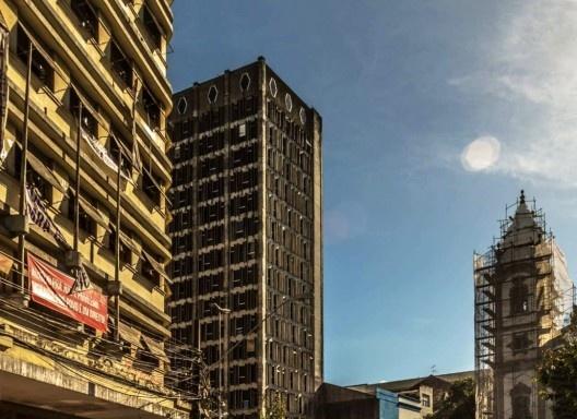 Ocupação Marielle Franco do MTST, edifício situado à esquerda, e torre da Igreja Matriz de Santo Antônio, à direita, no Centro do Recife<br />Foto Keila Vieira