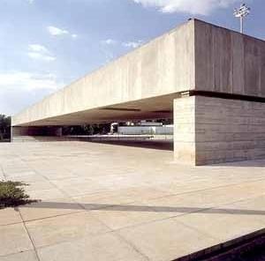 Museu Brasileiro de Escultura – MuBE, São Paulo, arq Paulo Mendes da Rocha. O pórtico na praça. Foto Nelson Kon