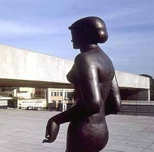 MuBE. Escultura, pórtico, cerca e guarita ao fundo. Foto Nelson Kon
