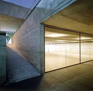 MuBE. Pórtico, praça e museu. Foto Nelson Kon