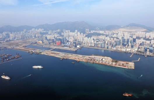 Aerial view of Kowloon East, former Kai Tak airport (foreground and left), Kowloon Bay (centre) and Kwun Tong district (right) [divulgação]
