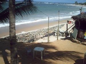Arrimo destruído por força das ressacas na barraca Traíra, Placaford – Salvador, BA<br />Foto do autor