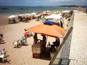 Tendas de ambulanes na praia de Itapuã<br />Foto do autor