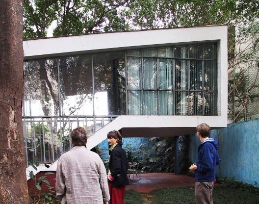 Arquitetos holandeses Riek Bakker, Nathalie de Vrie (MVRDV) e Paul Meurs visitando a residência Vilanova Artigas durante o Fórum de Debates da 5ª BIA, setembro de 2003<br />Foto Silvana Romano