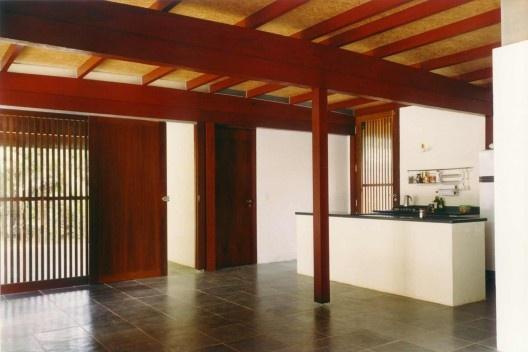 Casa na Praia de Paúba, São Sebastião SP, 2002. Mais Dois Arquitetos. Projeto construído com madeira certificada.<br />Foto Nelson Kon