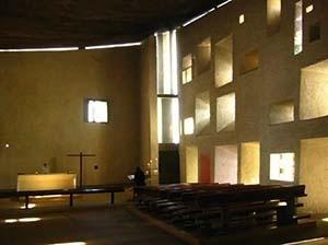 Nave 'interior' da capela, com destaque à mesa eucarística, em concreto, e o nicho da Santa, em perfuração da parede leste [foto gentilmente cedida ao autor]