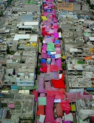 """""""Tianguis"""" (mercado ambulante) em uma colônia popular"""