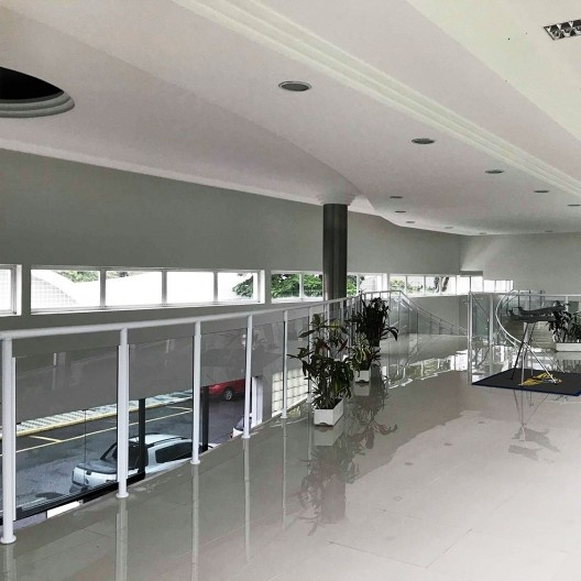 Departamento de Ciência e Tecnologia Aeroespacial – DCTA, hall alterado com piso de porcelanato e parapeito de alumínio e vidro, São José dos Campos, 1947. Arquiteto Oscar Niemeyer<br />Foto Rolando Piccolo Figueiredo