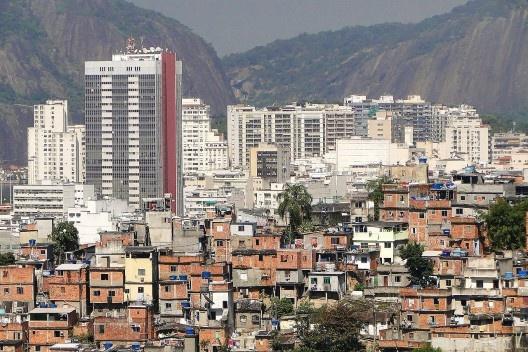 Prédios de escritório e favela, Rio de Janeiro, Brasil<br />Foto Adam Jones [Wikimedia Commons]