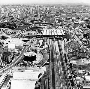Vista aérea da Estação Intermodal Barra Funda (metrô, trem, ônibus intermunicipal, ônibus urbano), linha vermelha <br />Foto Nelson Kon / Arte Cidade