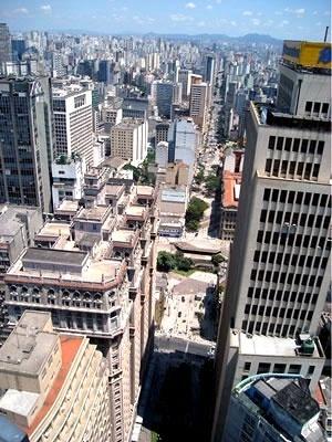 """Vista do eixo da Avenida São João. À esquerda o Edifício Martinelli, primeiro """"arranha-céu"""" de São Paulo. São Paulo (construído entre 1922 e 1930). Angélica A.T. Benatti Alvim e Eunice Helena S. Abascal"""