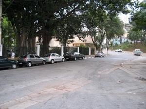 """Condomínio residencial, à esquerda, encerra o córrego sob seu estacionamento. Ao fundo, a """"praça"""" Tupã<br />Foto Vladimir Bartalini"""