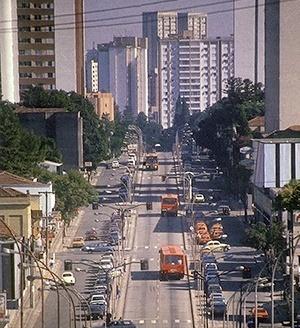 Corredor de ônibus, IPPUC, Curitiba [MEURS, Paul; AGRICOLA, Esther (org). Brazilië: laboratorium van architectuur en stedenbouw]