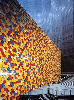 """No interior do Gasometer, """"The Wall"""", instalação dos artistas Christo e Jeanne-Claude [IBA Emscher Park]"""