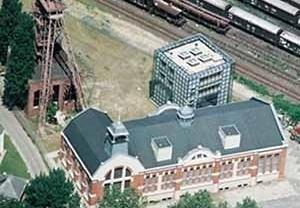 """Na extinta mina Consolidation um cubo de vidro abriga a Galeria """"Arquitetura e Trabalho"""" [IBA Emscher Park]"""