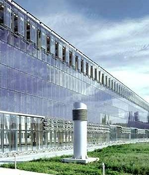 """Academia de Educação Avançada. As edificações estão envolvidas por um container micro-climático coberto por usina solar. Foto Jürgen Brinkmann [""""Akademie Mont-Cenis Herne"""", Baudokumentation 64, Susa-Verlag, Hameln, November 1999]"""