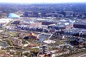 O meta-urbanismo já se manifesta nos últimos anos do IBA. O complexo CentrO, em Oberhausen, visto do alto do Gasômetro, compete com o centro tradicional da cidade<br />Foto Lineu Castello