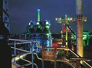 Landschaftspark, em Duisburg-Nord. O ambicioso projeto de iluminação de Jonathan Park transforma os monumentos industriais em lúmino-esculturas [IBA Emscher Park]