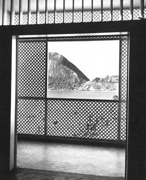 Vista dos dormitórios através da varanda, no edifício Antônio Ceppas (1946) de Jorge Moreira [Jorge Machado Moreira. Rio de Janeiro, Centro de Arquitetura e Urbanismo da Cidade do Rio ]