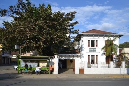 Centro urbano da cidade, edificação de interesse cultural, que abriga a Policia Civil, e abrigo de ônibus<br />Foto Fábio Lima