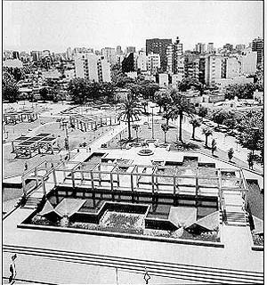 Las plazas de cemento instauradas durante la dictadira militar de los '70 nos dieron columnas en vez de árboles y casas de hormigón en vez de espacios verdes<br />Foto SB