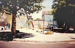 Las plazas de la Las plazas de la democracia, construidas luego de 1983 por parte de la Municipalidad con la colaboración vecinal, recibieron nombres significativos como: Plaza de la Vecindad, de la Paz, de Todos<br />Foto SB, 1990
