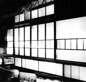 Vista noturna do edifício à rua Suipacha (1939) explicitando a transparência extensa [ÁLVAREZ, Fernando [et al.]. Antoni Bonet Castellana (1913-1989)]
