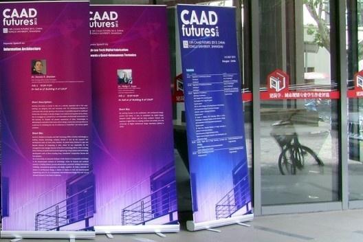 Cartazes da conferência na entrada do edifício da Faculdade de Arquitetura da Universidade Tongjui<br />Foto Gabriela Celani
