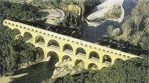 Uma imagem positiva e admirada de estrutura elevada é a Pont du Gard perto de Avignon, uma das mais belas de todas as obras sobreviventes da engenharia do Império Romano. Esta visão aérea da estrutura sem uma referência de escala (de um veículo ou ser hum [BROWN, David J. Bridges, Reed International Books, London, 1993]