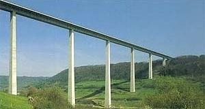 """Um exemplo de esbeltez e forma simplificada de estrutura, localizada em terreno bastante acidentado, é a Ponte Kochertal em Geislingen (Alemanha) com 1.128m de comprimento. Essa estrutura mais """"leve"""" utiliza concreto protendido, tem o tabuleiro de 31m de  [BROWN, David J. Bridges, Ed. Mitchell Beazley, London, 1996]"""