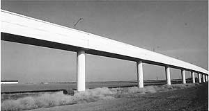 Exemplo de estrutura similar aos aquedutos, por sua característica de pouca declividade, de traçados extensos e predominantemente retos, pode ser encontrado na estrada de ferro para Trens de Alta Velocidade (TAV). É o caso da ponte ilustrada à seguir, sob [ROIG, Joan. New Bridges, Gustavo Gili, Barcelona, 1996]